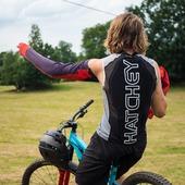 Biker a ambasador Hatchey @andyybro Andy Mitaš sbírá úspěchy na enduro závodech kde se dá a tvrdě na sobě maká. Při tréninku svých šílených kousků i na závodech obléká pro svoji bezpečnost chránič páteře Hatchey Vest Air Fit. https://bit.ly/3DjGcPT  @andyybro #hatchey #backprotector #andyybro
