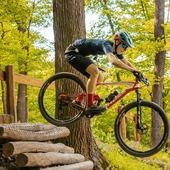 S přilbou Hatchey Control se není třeba bát ani opravdu těžkého terénu. Mrkněte, jak to v něm zvládá @svatostomas 🚵♂️  #hatchey #control #apex #bikehelmet @svatostomas