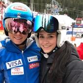 Juniorská mistrině ČR Viktorka Vydrová s brýlemi Hatchey Shed a v objetí s Mikaelou Shiffrin na Audi Fis Ski World Cup ve Špindlerově Mlýně.  #hatchey #shed #viktorievydrova #mikaelashiffrin